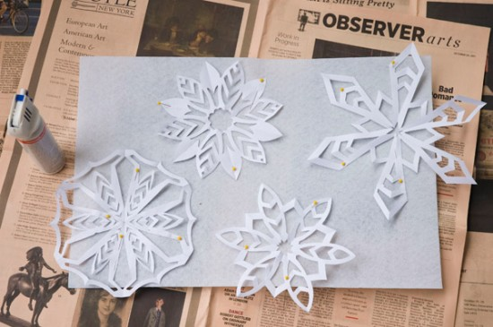Arrange the snowflakes on the felt.